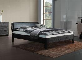 Holzbett in schlichtem Design