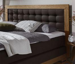 Das große gepolsterte Kopfteil des Bettes Aronia ist bequem