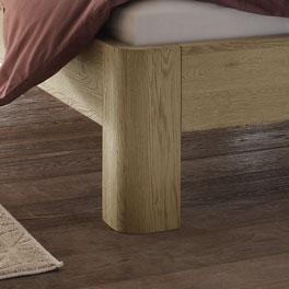 Bett Banco mit massiven Füßen aus Holz