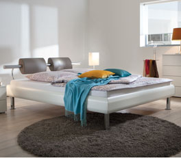 Bett Caliari mit Chrom-Optik in Weiss