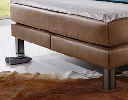 Bett Kastilia mit robusten Bettbeinen aus Stahl