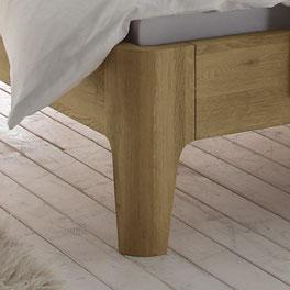 Bett Weno mit massiven Holzfüßen