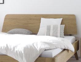 Holzbett Teko mit Design-Kopfteil