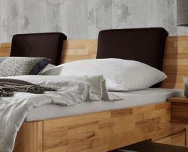 Massivholzbett Zarbo mit dunkelbraunen Kunstlederkopfpolster