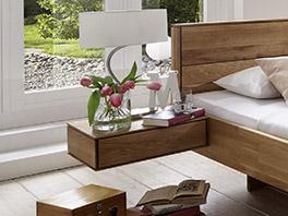 Massivholzbett Terrano mit passendem Nachttisch