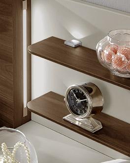 Moderner Nachttisch mit zwei Ablage-Brettern