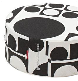 Modernes Kissen und praktischer Sitzhocker