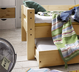 Stabiles Kinderbett Kids Dreams in Kiefer natur lackiert.