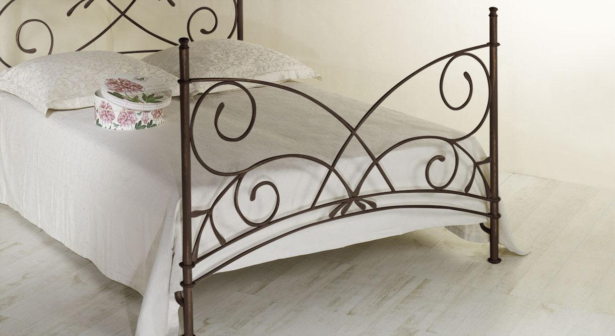 Hochwertiges Bett Amarete mit verziertem Fußteil