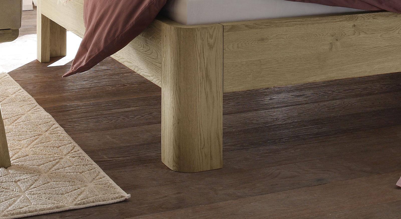 Bett Banco mit stabilen Holzfüßen