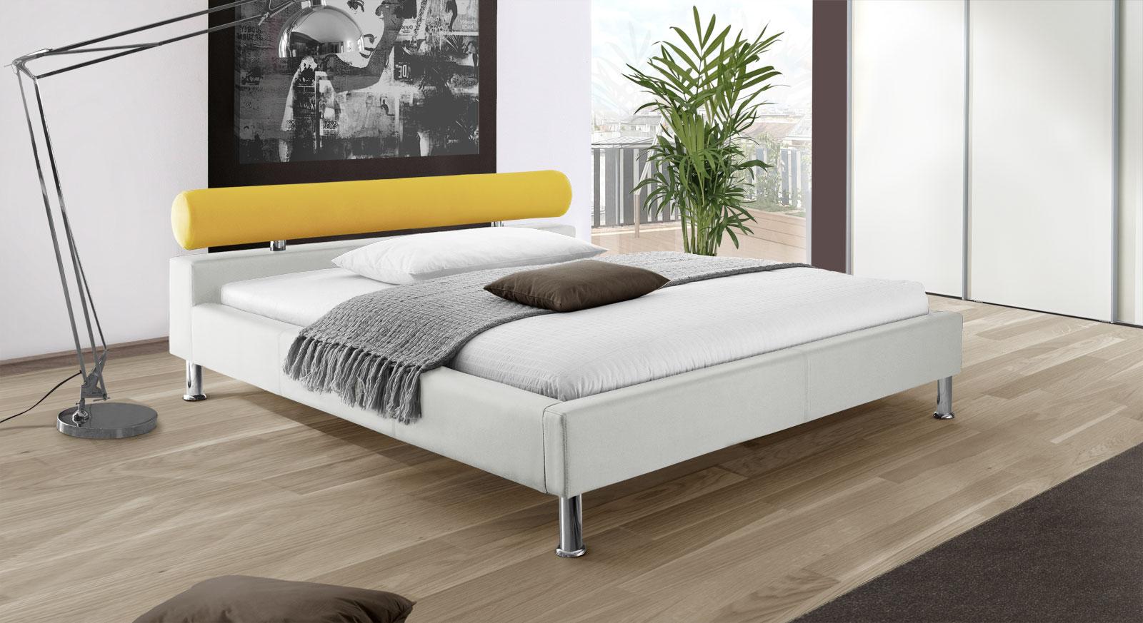 Bett Basildon in weißem Kunstleder mit gelbem Stoff