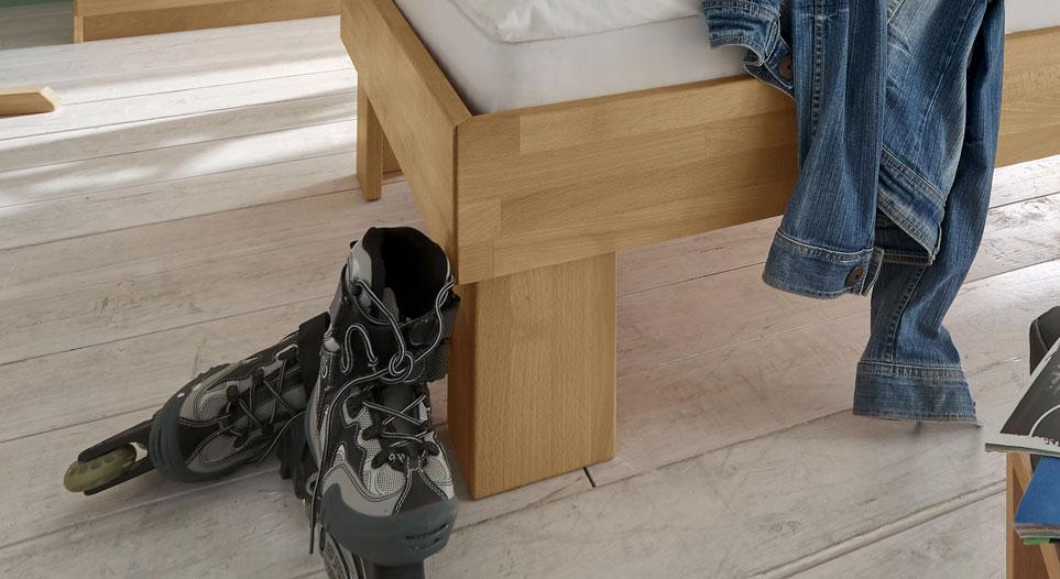 Bett Birmingham mit Winkelfüßen aus Holz