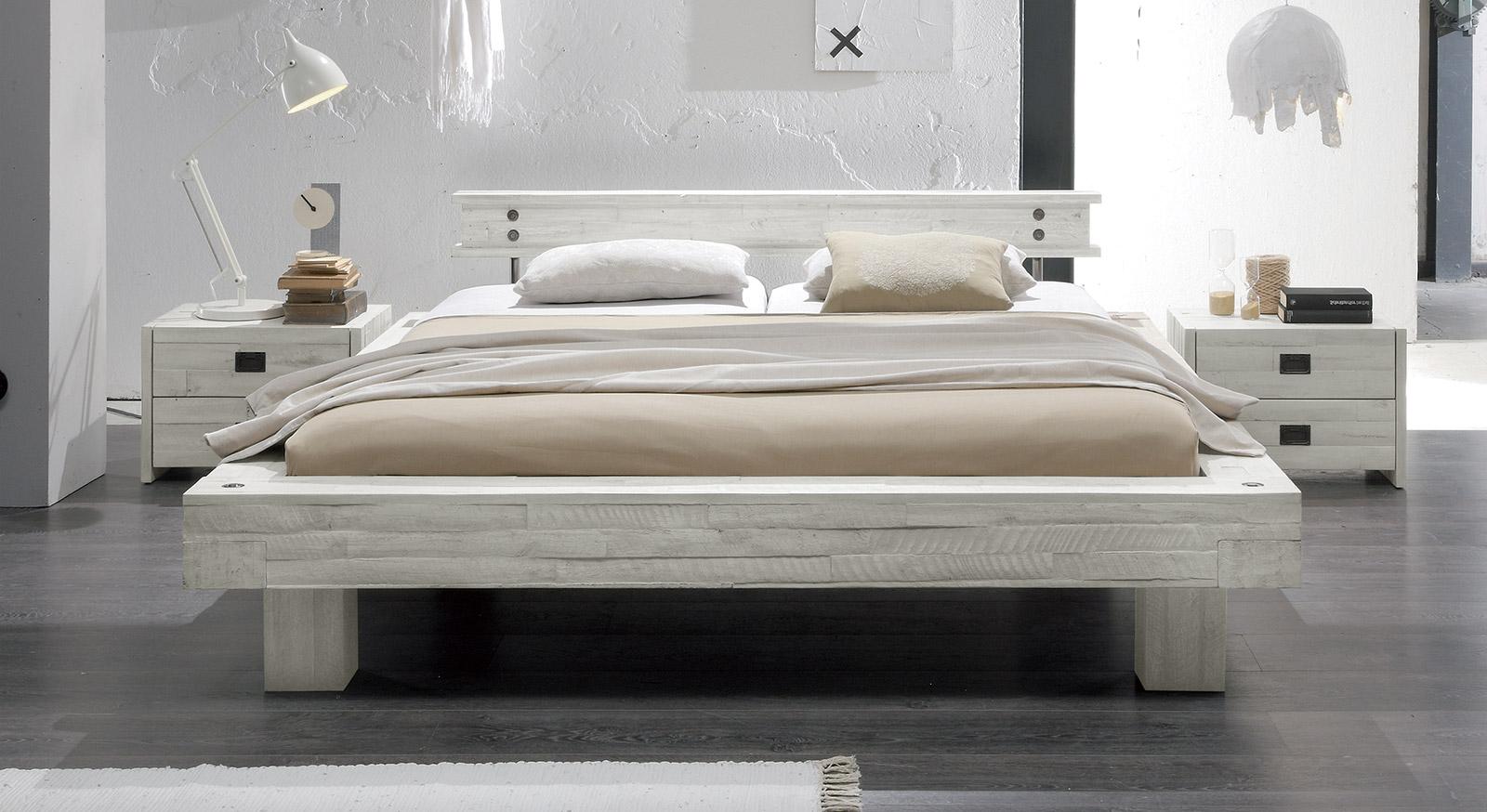 Bett Buena aus sägerauer Akazie in Weiß