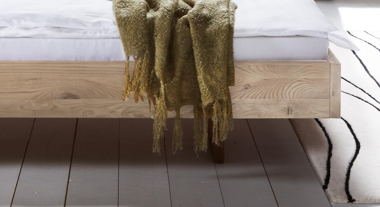 Bett Campinas mit modernem Schwebe-Rahmen.