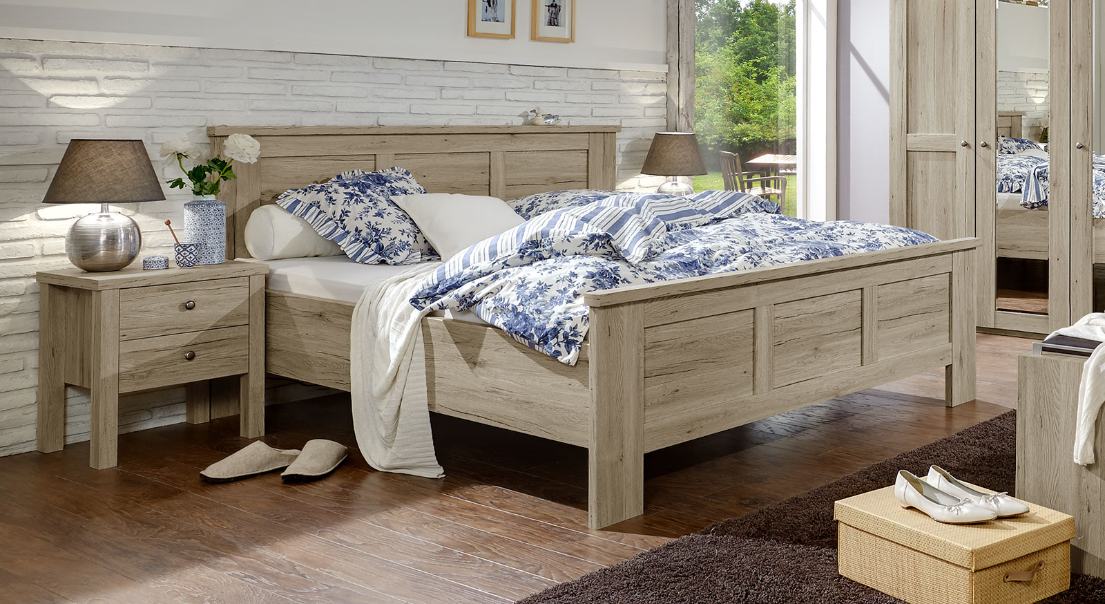 Doppelbett in Eiche-Dekor mit hohem Kopfteil und Fußteil - Catio