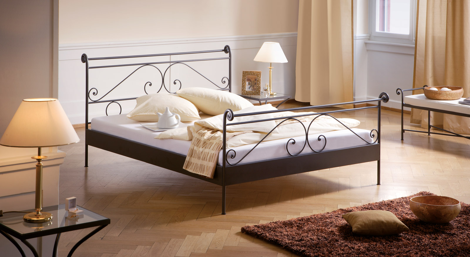 Bett Cerete Metallbett massiv