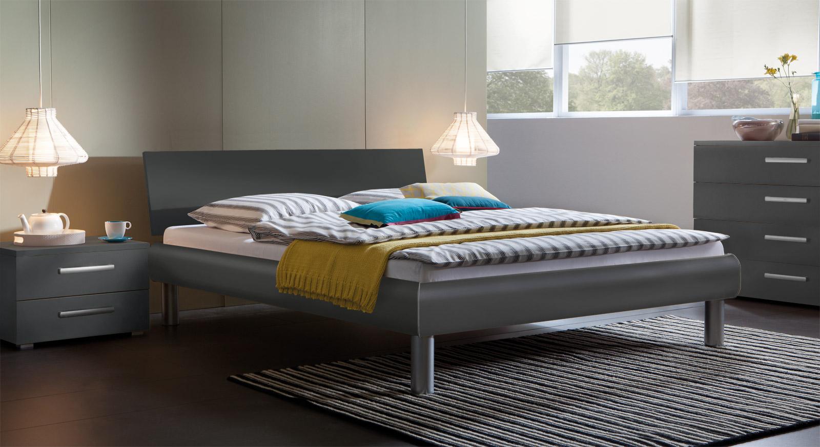 Das Bett Enna mit Kopfteil in anthrazit