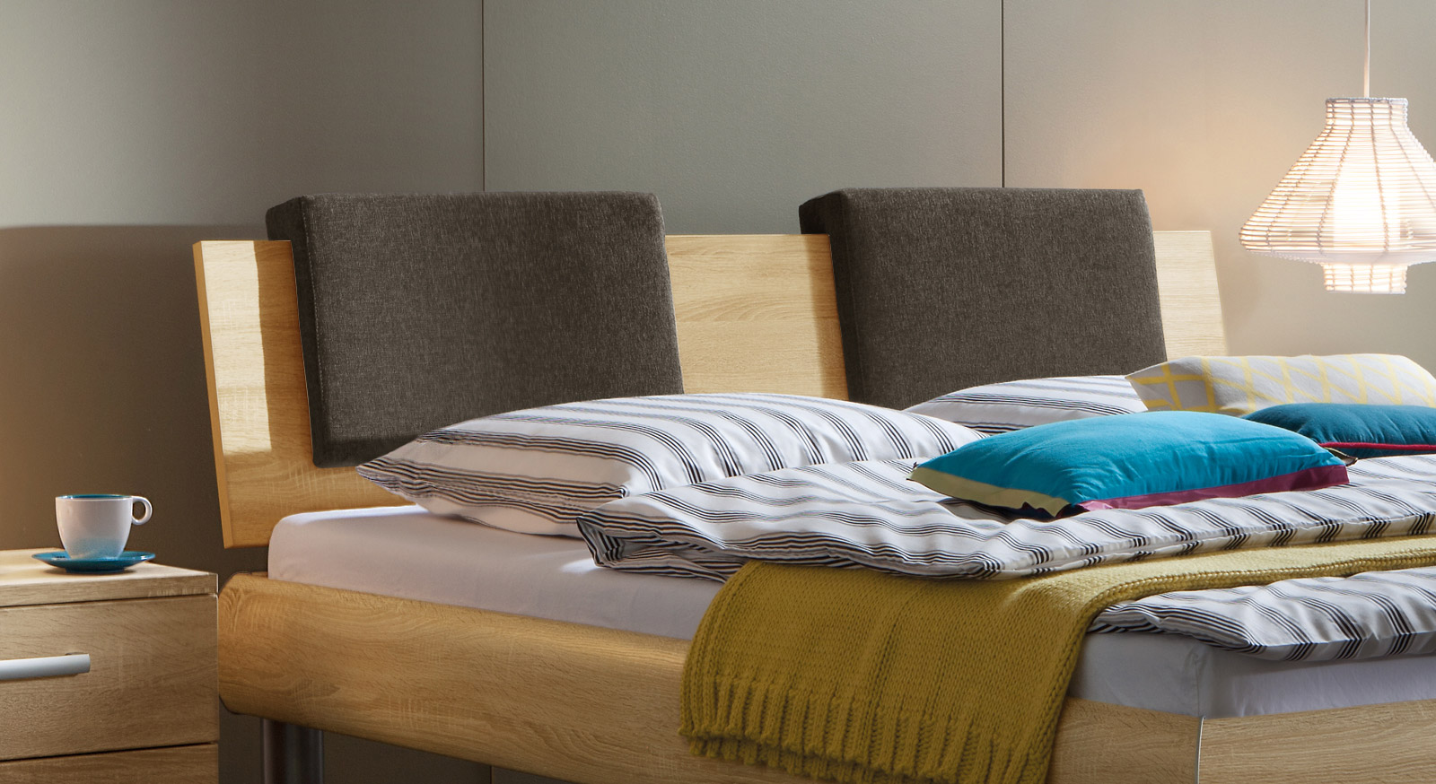 Das Kopfteil des Bettes Enna mit Einsteck-Kissen Rimini