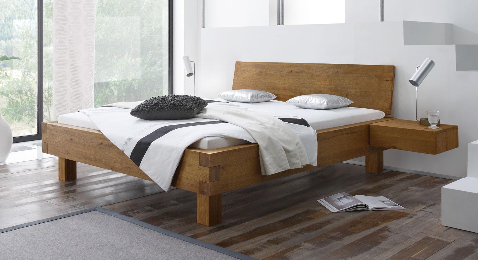 Bett Kasos aus massivem Wildeichenholz