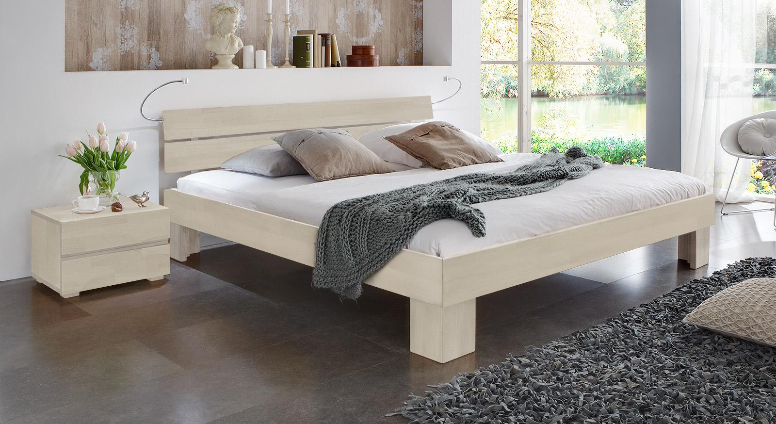 Bett Lucca in Buche weiß mit einer Komfort Fußhöhe von 25cm.