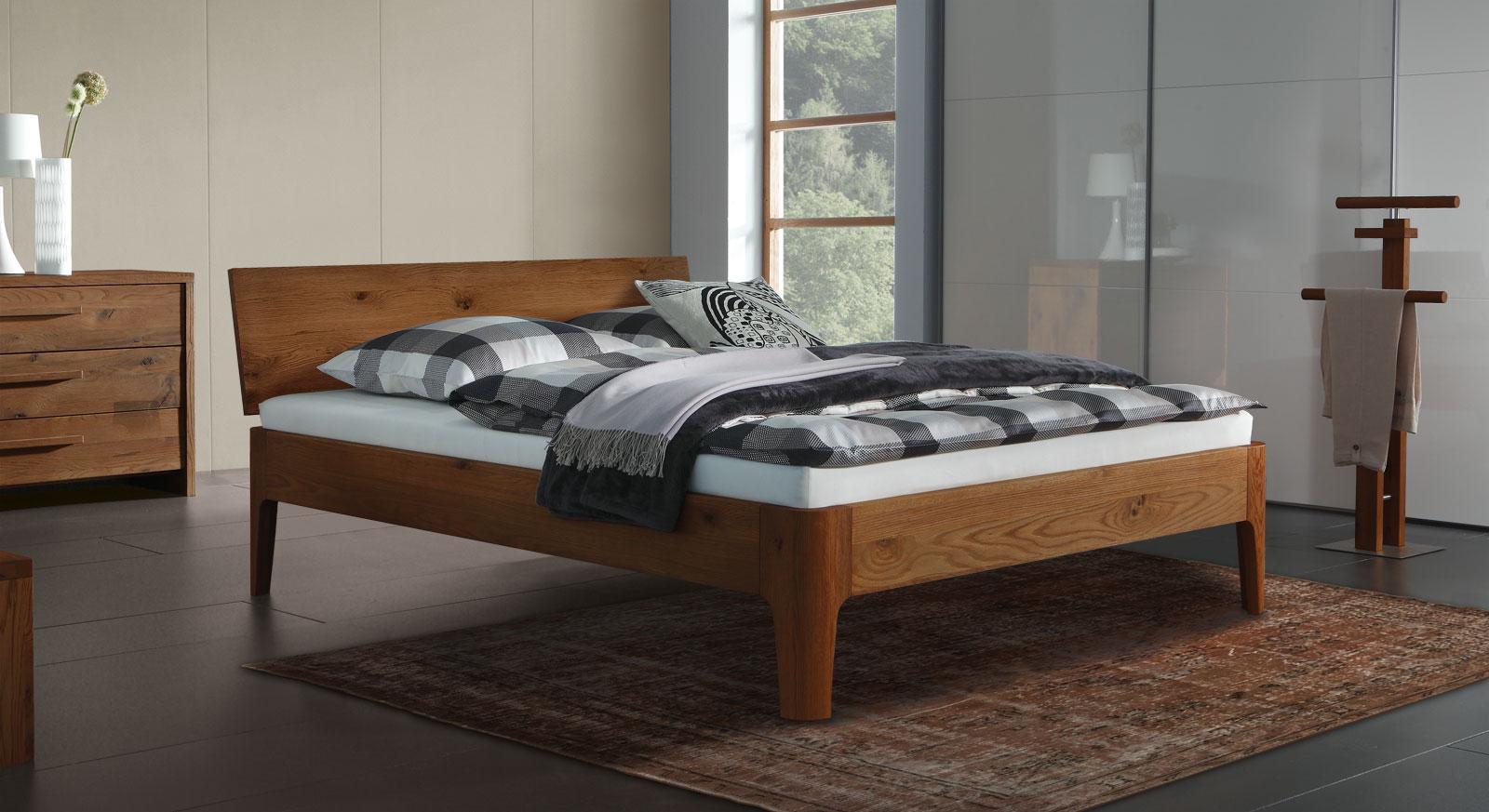 Eiche-Bett Lugo in cognacfarben mit 25cm hohen Füßen