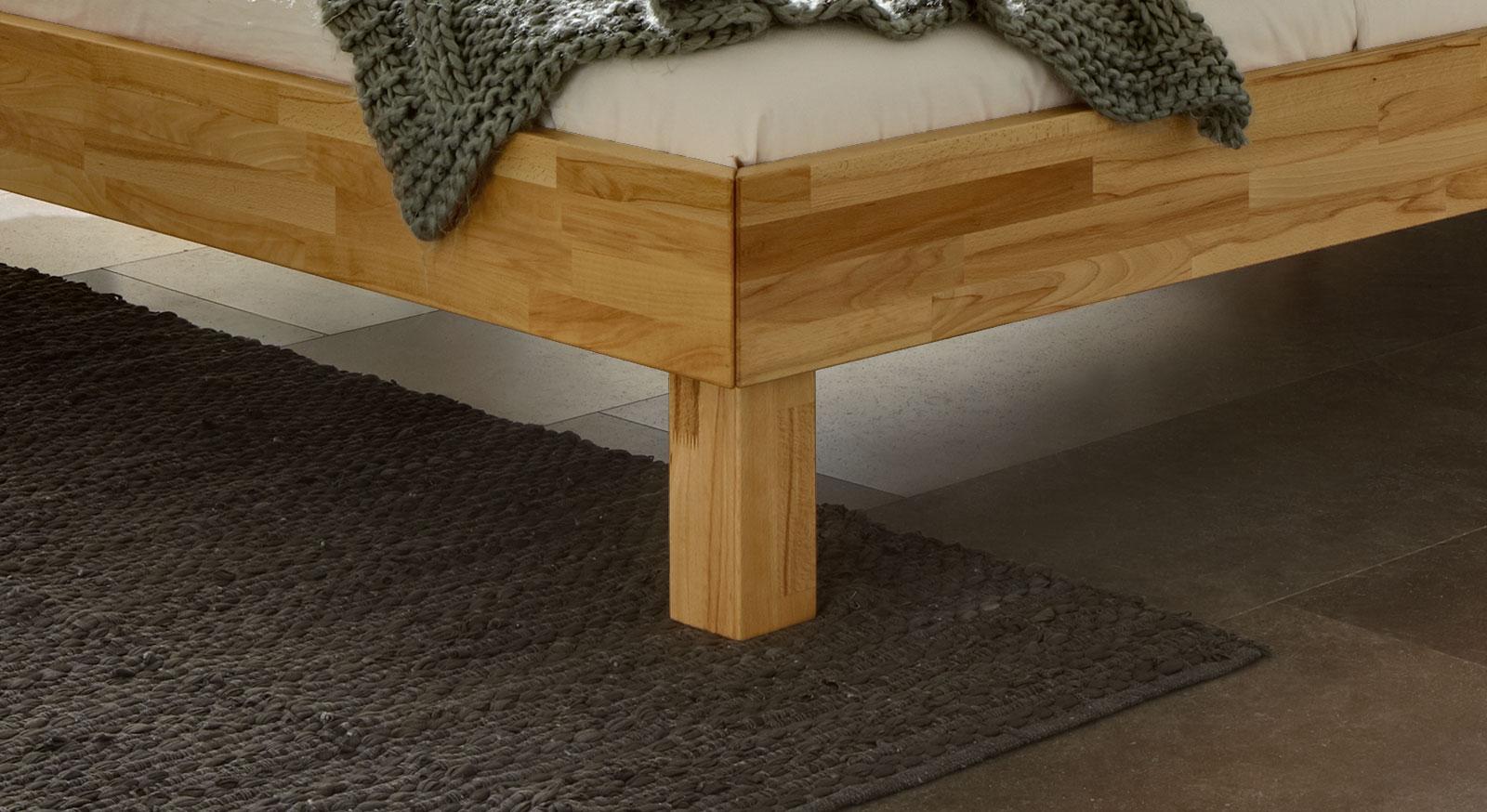 Bett Riga mit robusten Holzfuß aus Massivholz