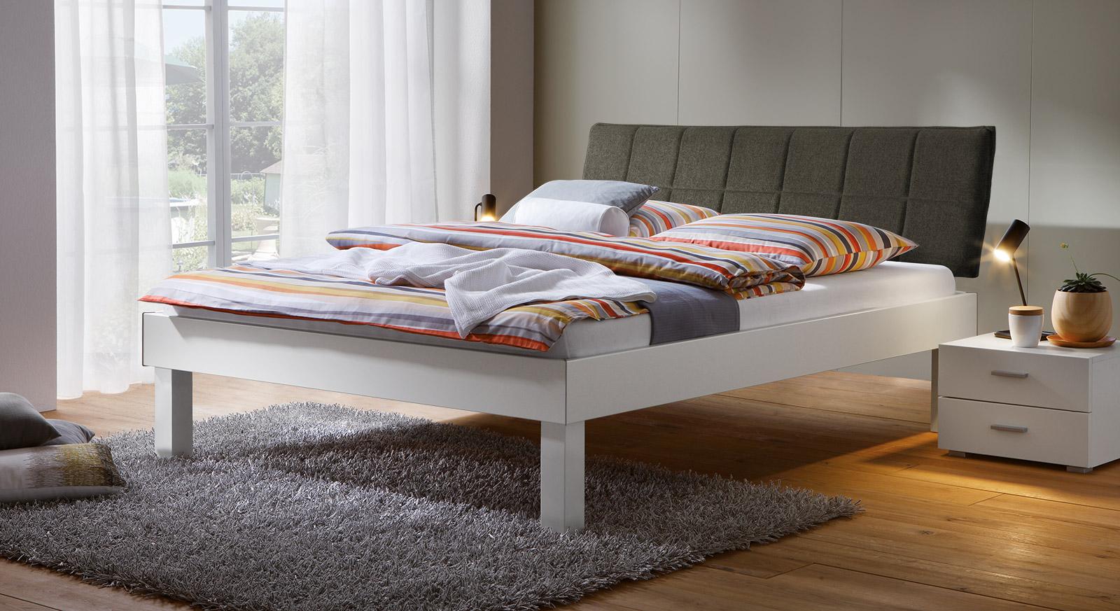 Bett Sierra mit 30cm Fußhöhe und Kopfteil in Braun