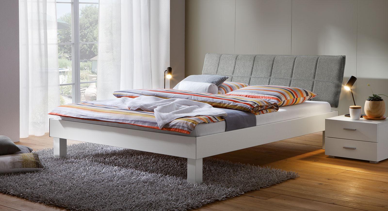 Modernes Bett Sierra mit weißem Bettrahmen