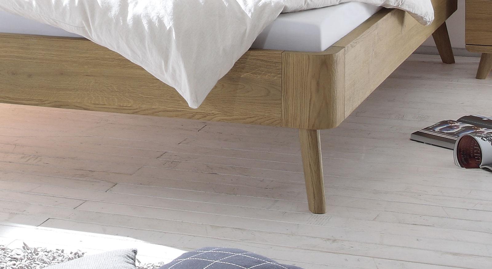 Holzbett Teko mit modernen Bettbeinen
