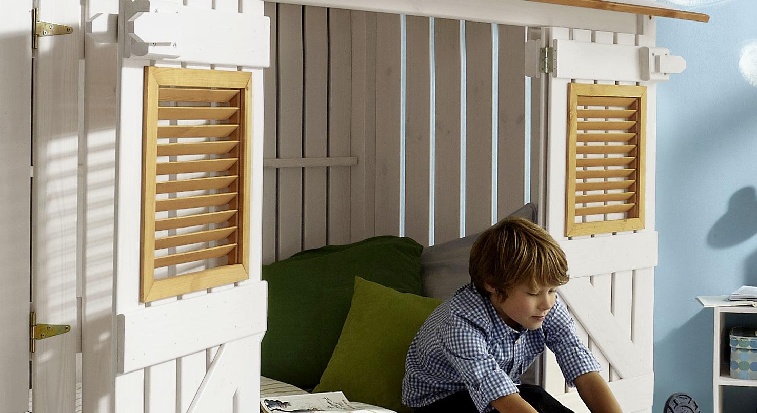 Hüttenbett Strandhaus mit Fensterläden in gelaugt/geölt