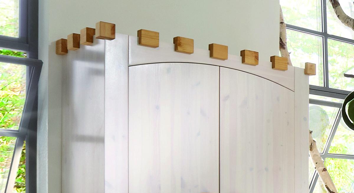 Kleiderschrank Ritterburg Holztruktur durch die weiße Lasierung erkennbar