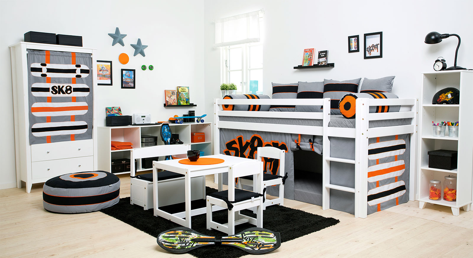 cooles kinderzimmer f r jungs mit viel zubeh r skater. Black Bedroom Furniture Sets. Home Design Ideas