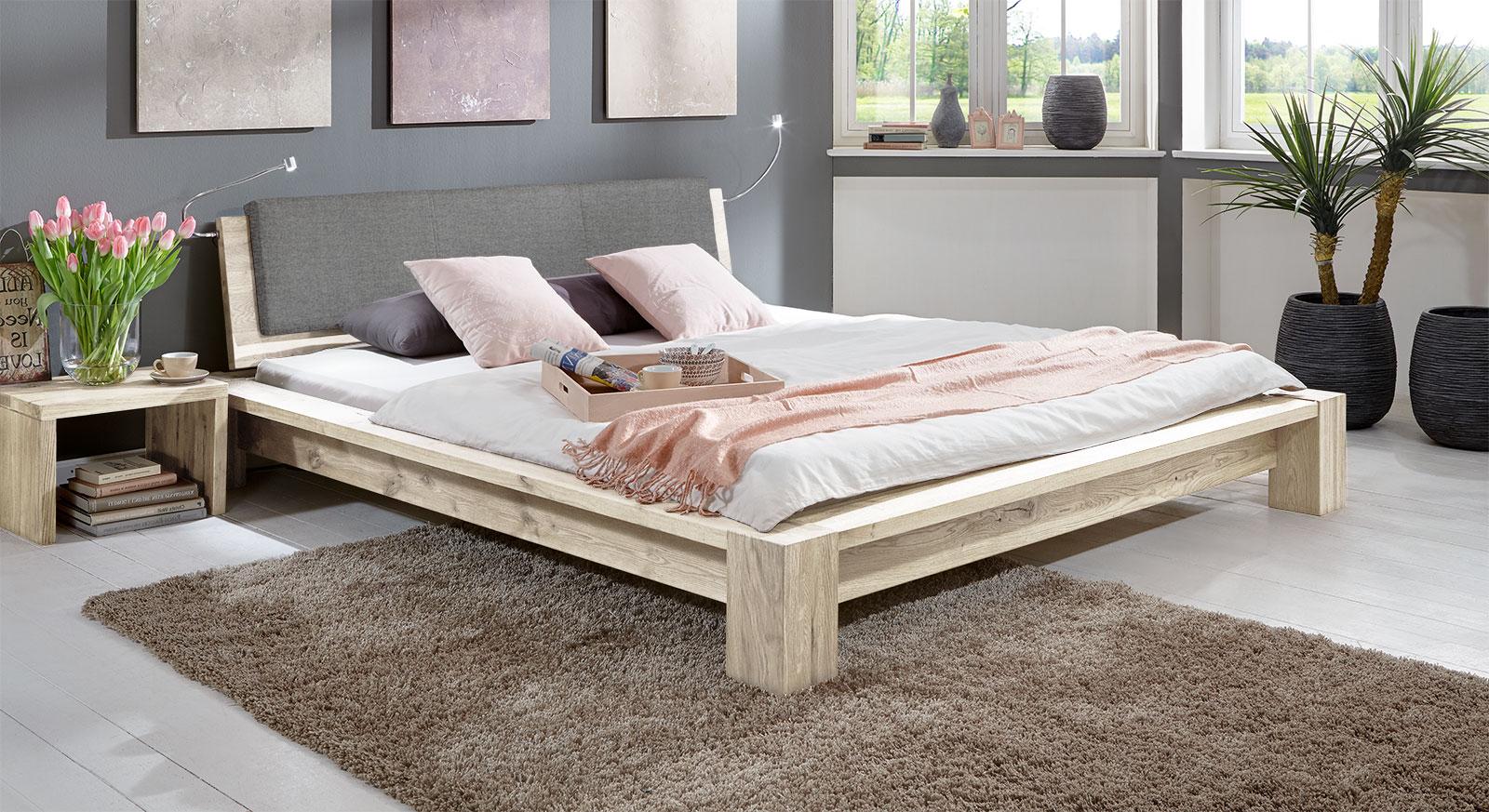 Tolles Design-Massiovholzbett Domingo aus stabiler Wildeiche in Weiß.