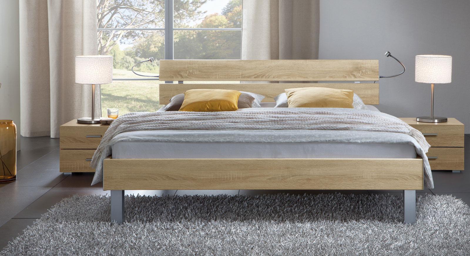 Das Bett Belluno in der Fußhöhe 20cm und aus MDF, eiche sägerau
