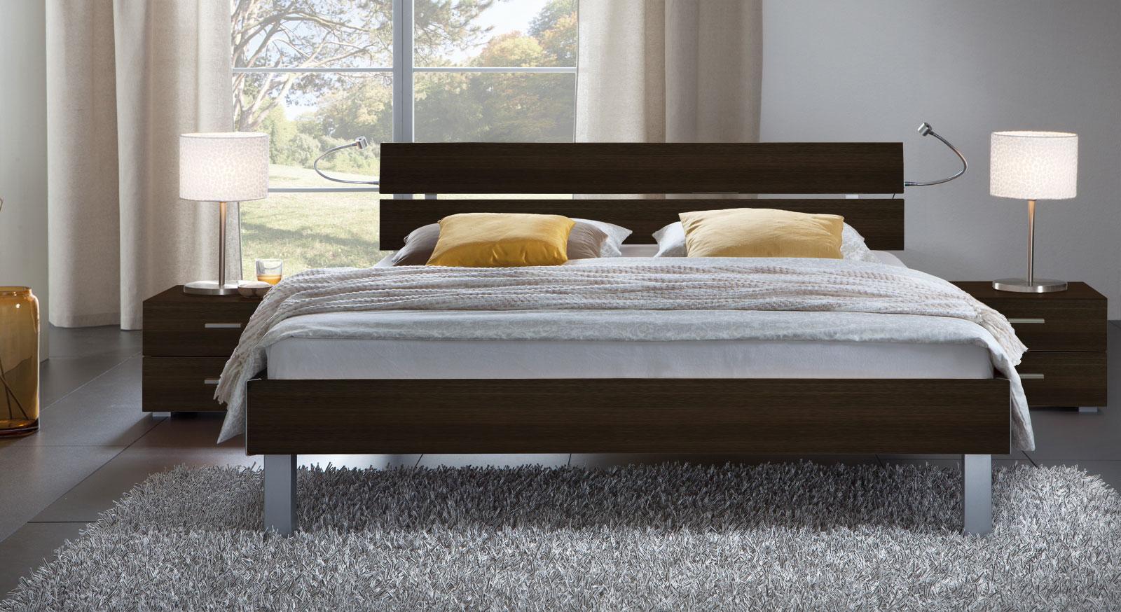 Das Bett Belluno in der Fußhöhe 20cm und aus MDF, ferrara
