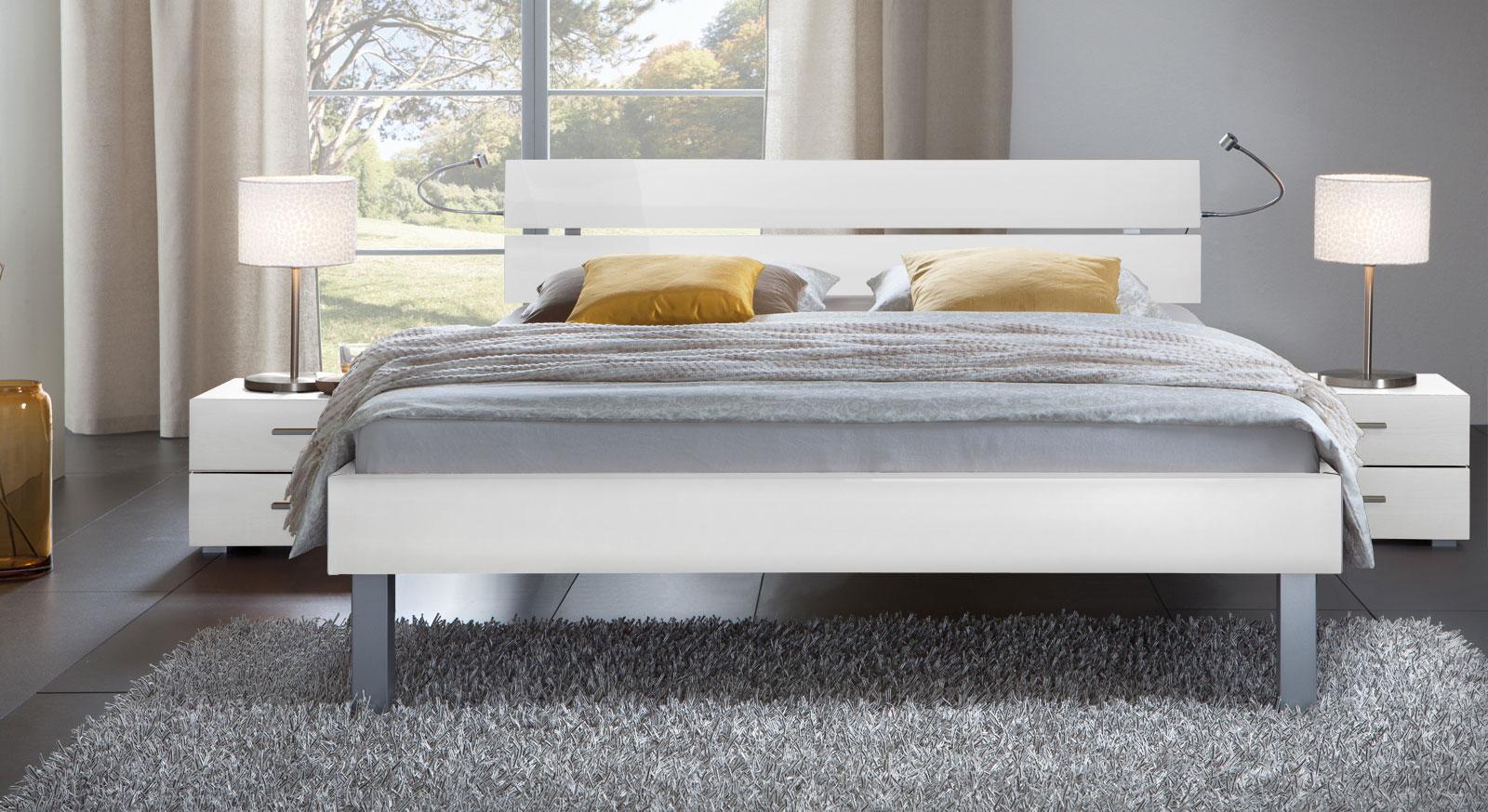 Das Bett Belluno in der Fußhöhe 25cm und aus MDF, hochglanz weiss