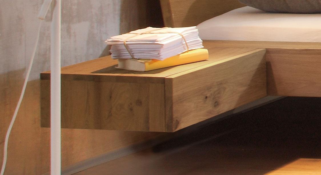 Hängender Nachttisch aus Wildeiche - Liro | BETTEN.at