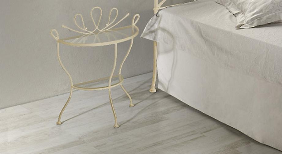 Nachttisch Porco in cremefarbenem, golden gewischtem Metall