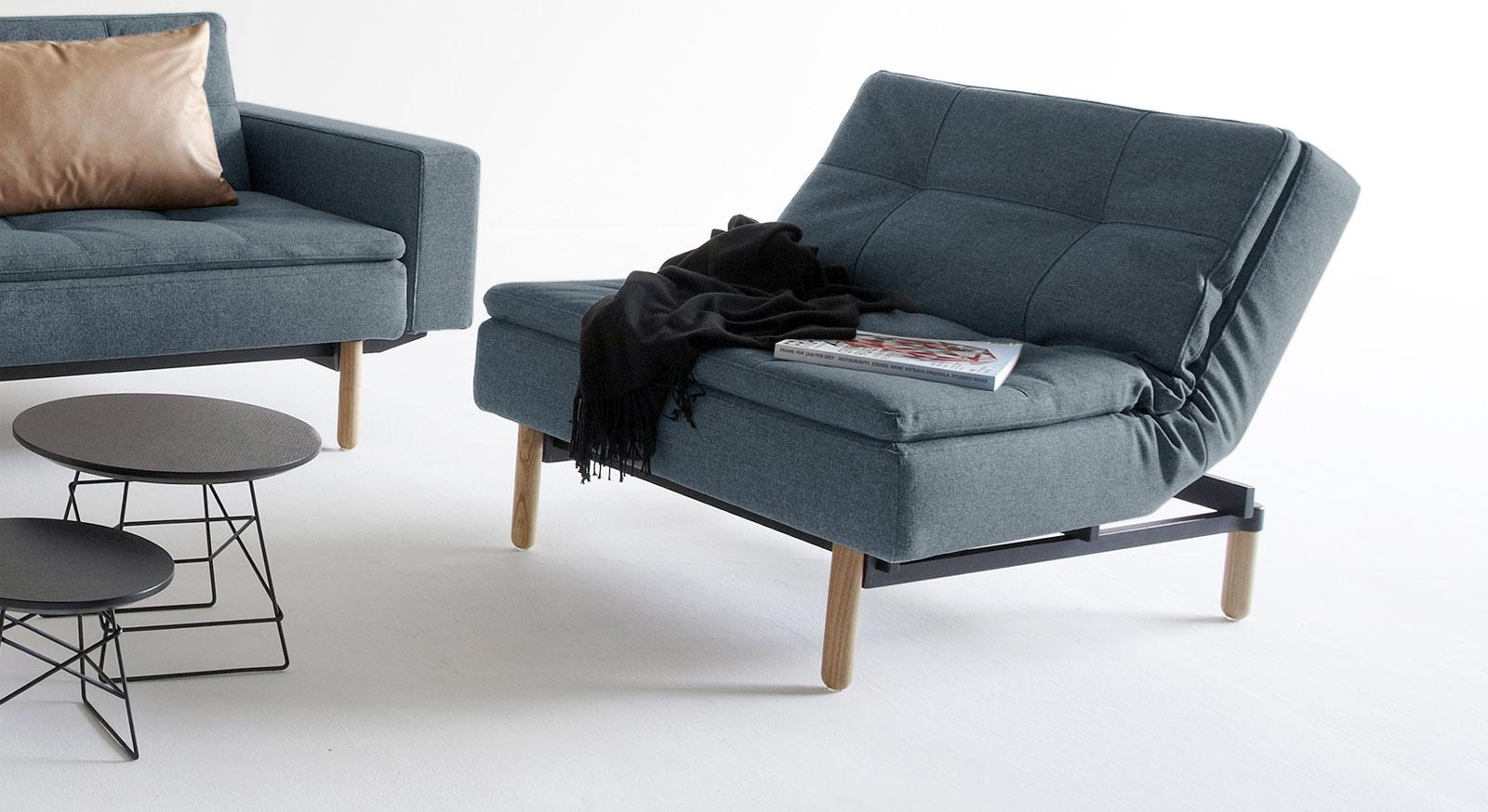 Indigofarbener Sessel Carol mit Esche-Füßen