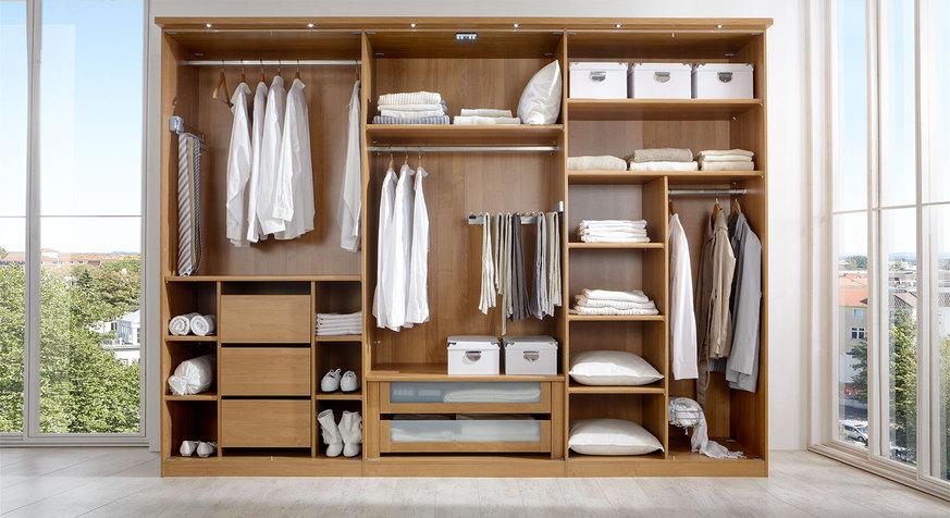 Moderner Kleiderschrank mit funktionaler Aufteilung