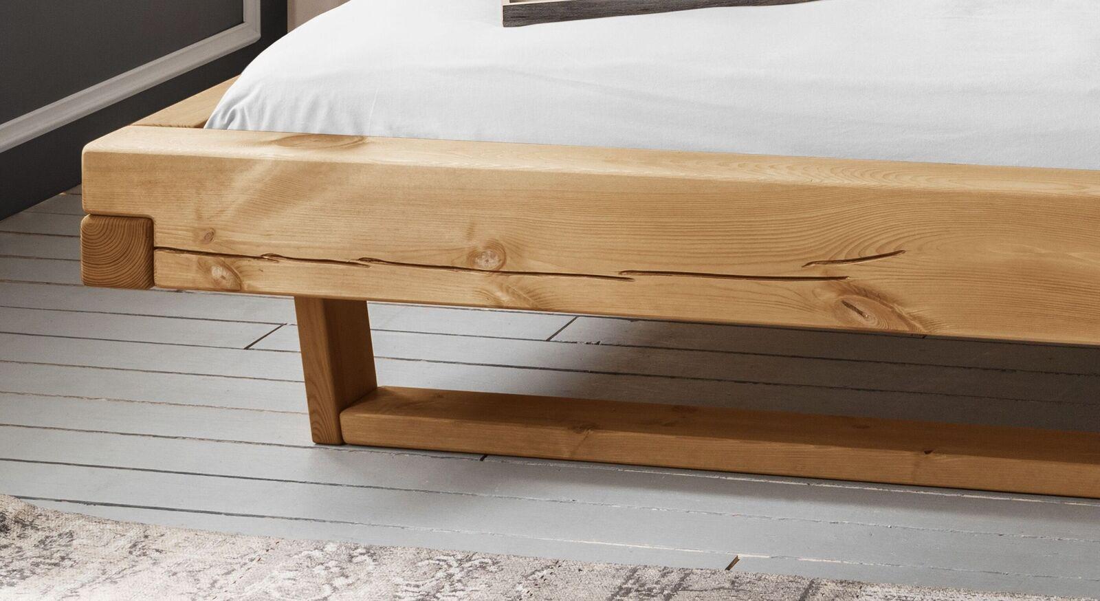 Balkenbett Krista mit massiven Holzkufen