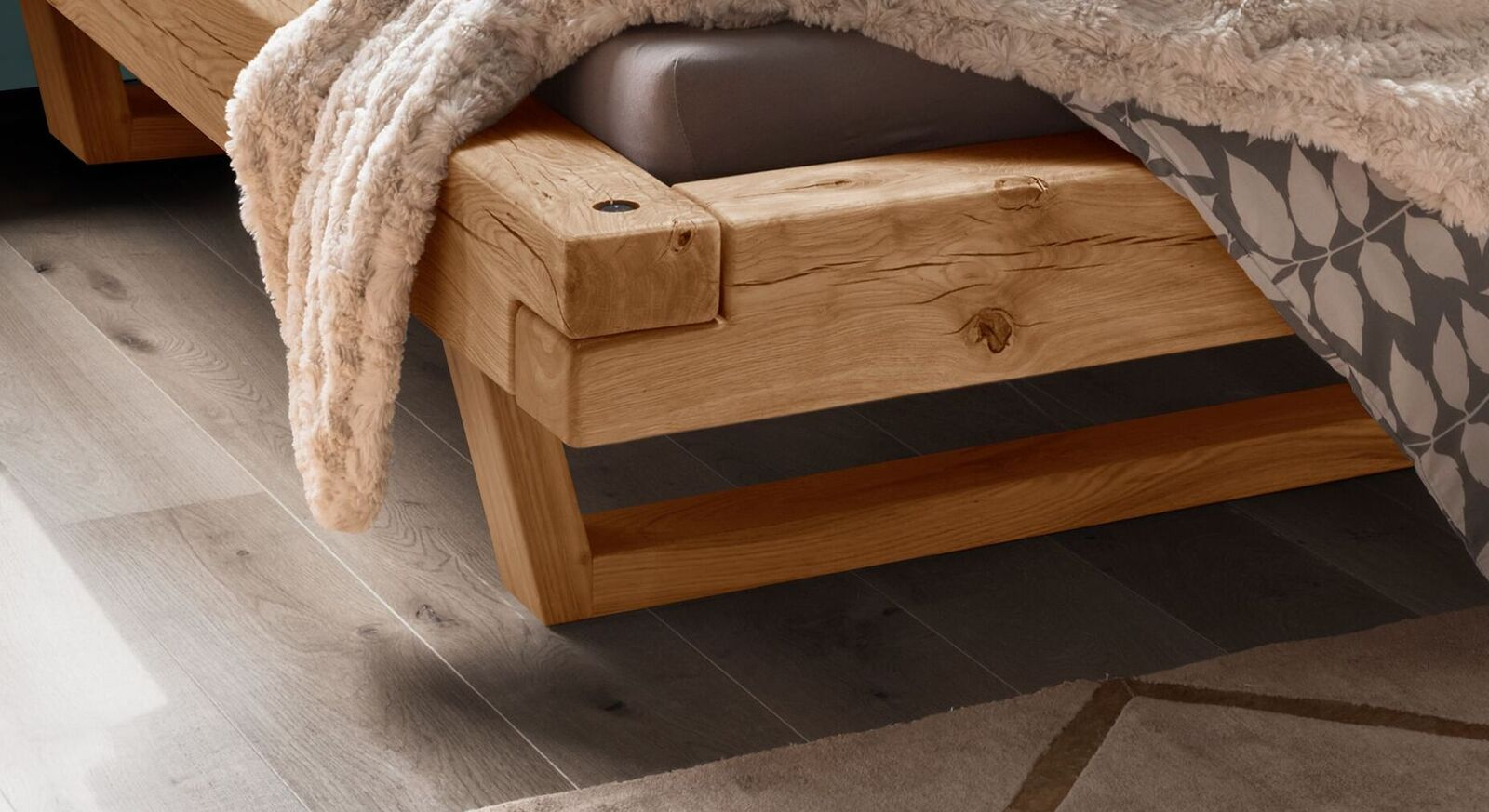 Balkenbett Maramis mit trendigen Holzkufen