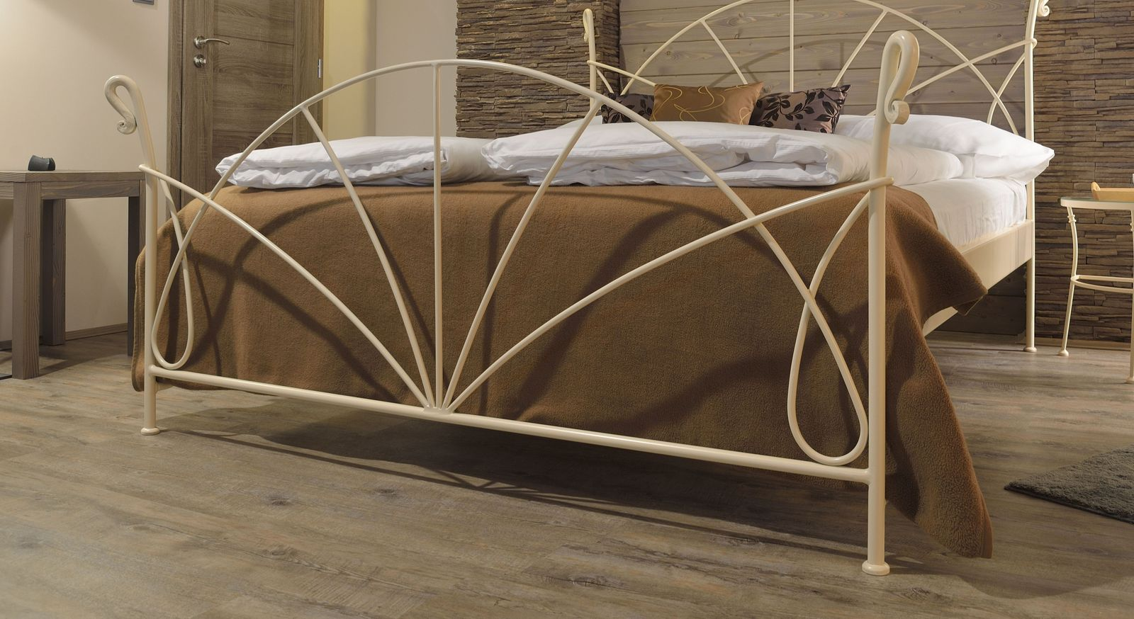 Bett Acara mit nach vorne versetztem Fußteil