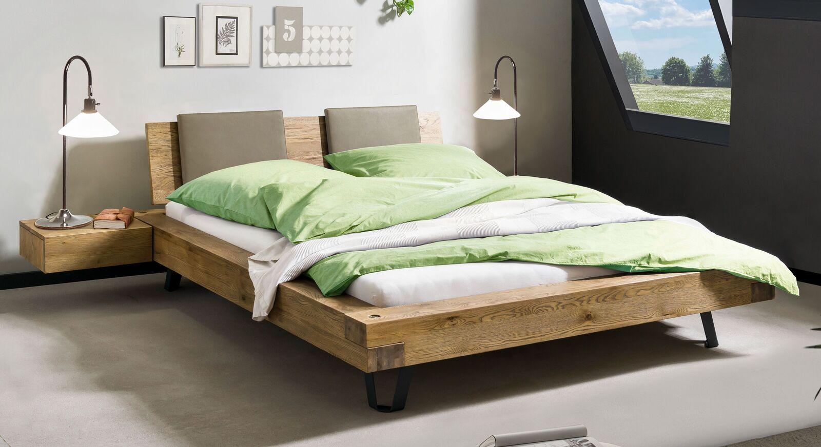 Bett Adriel aus Massivholz mit Kopfteil-Polstern