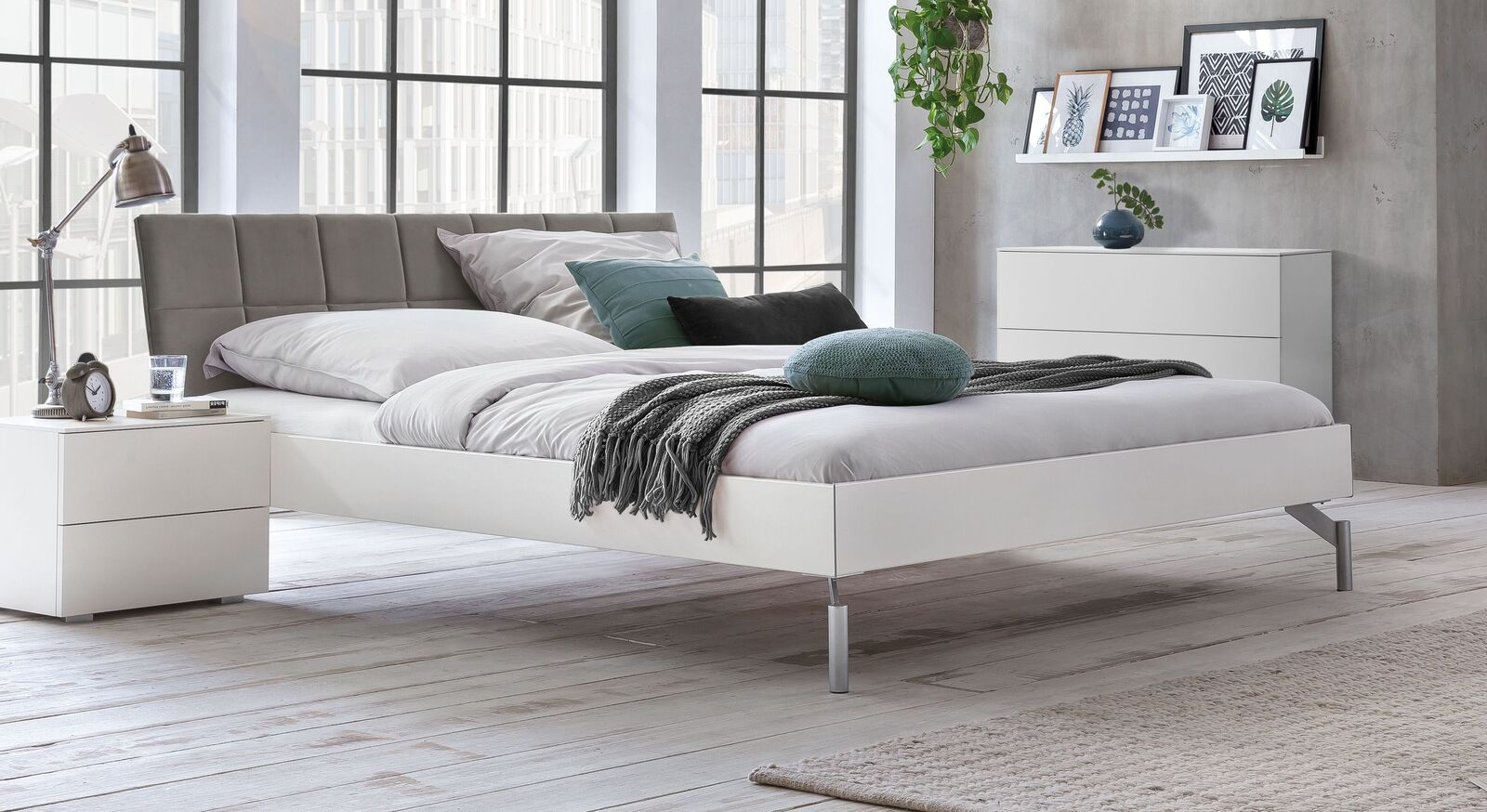 Bett Akuma mit grauem Samt-Kopfteil