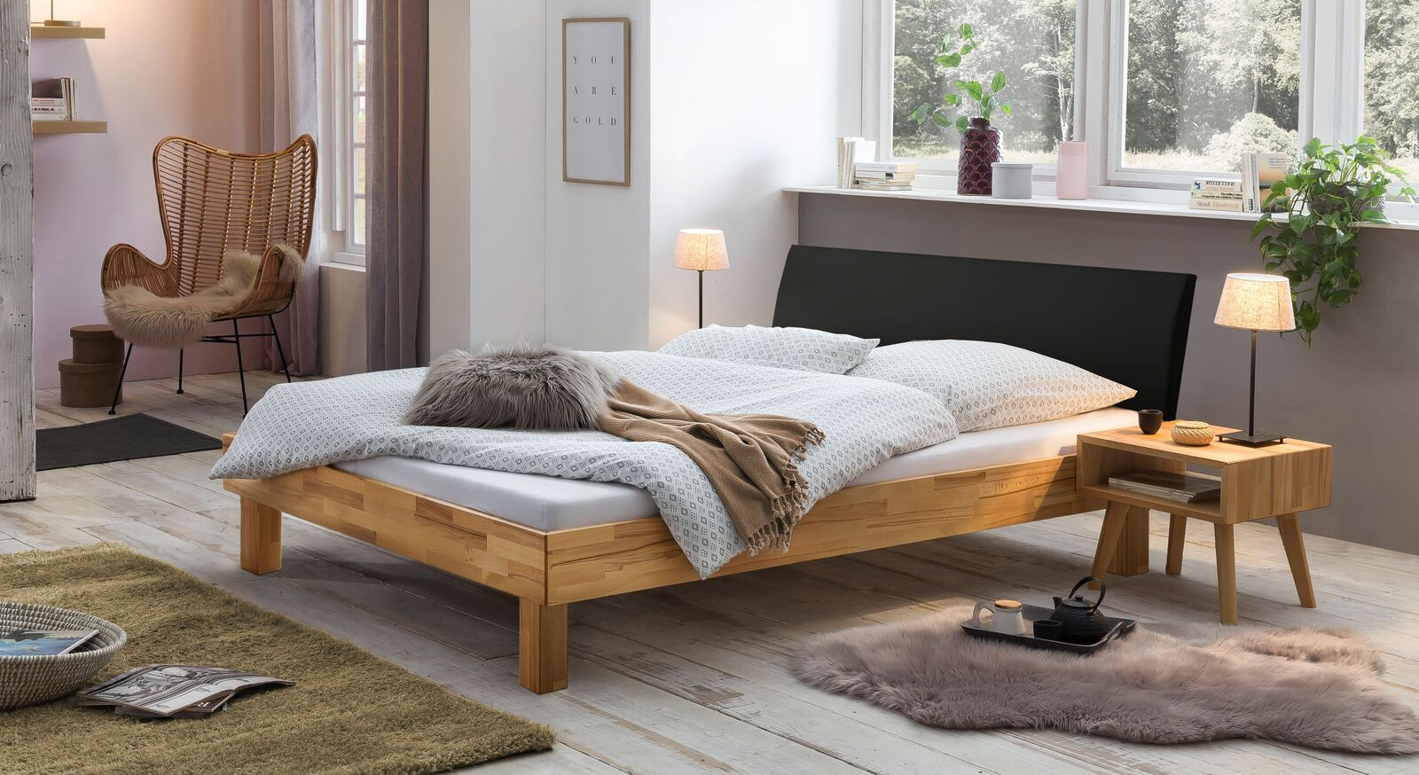 Bett Amsden mit passendem Nachttisch