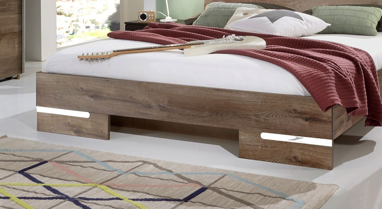 Bett Avello mit breiten Bettfüßen