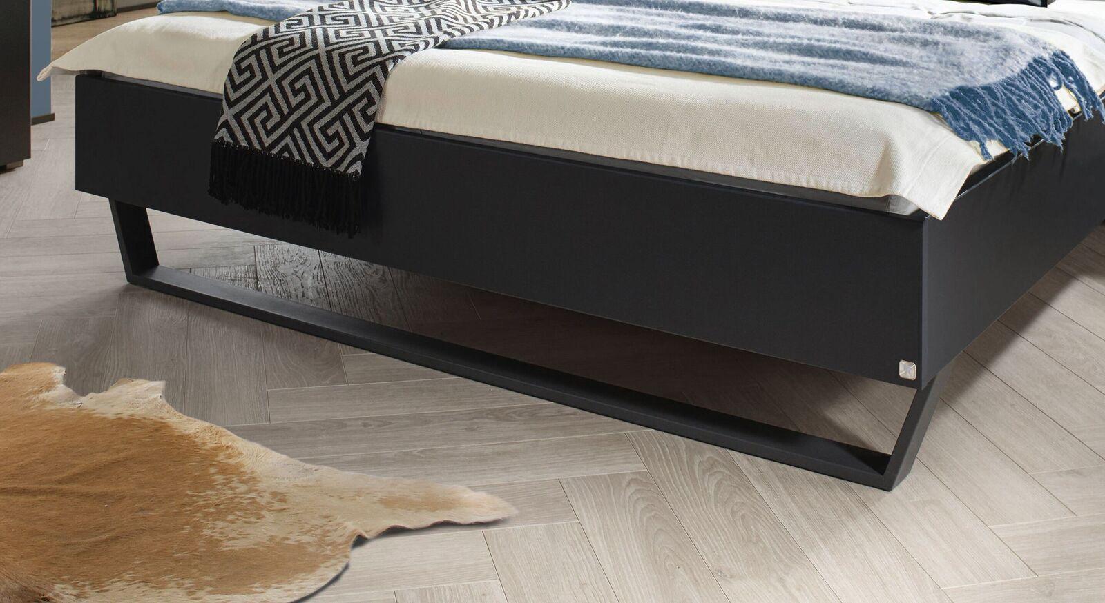 Bett Azula mit stylischer Metallkufe