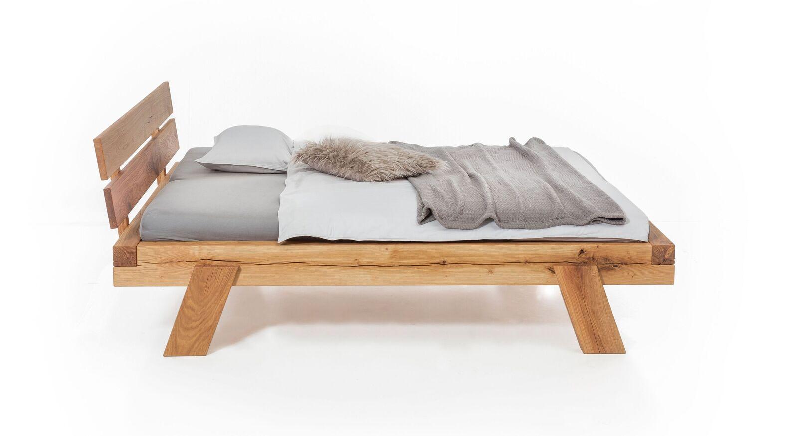 Bett Bojar mit schräg gestellten Bettbeinen