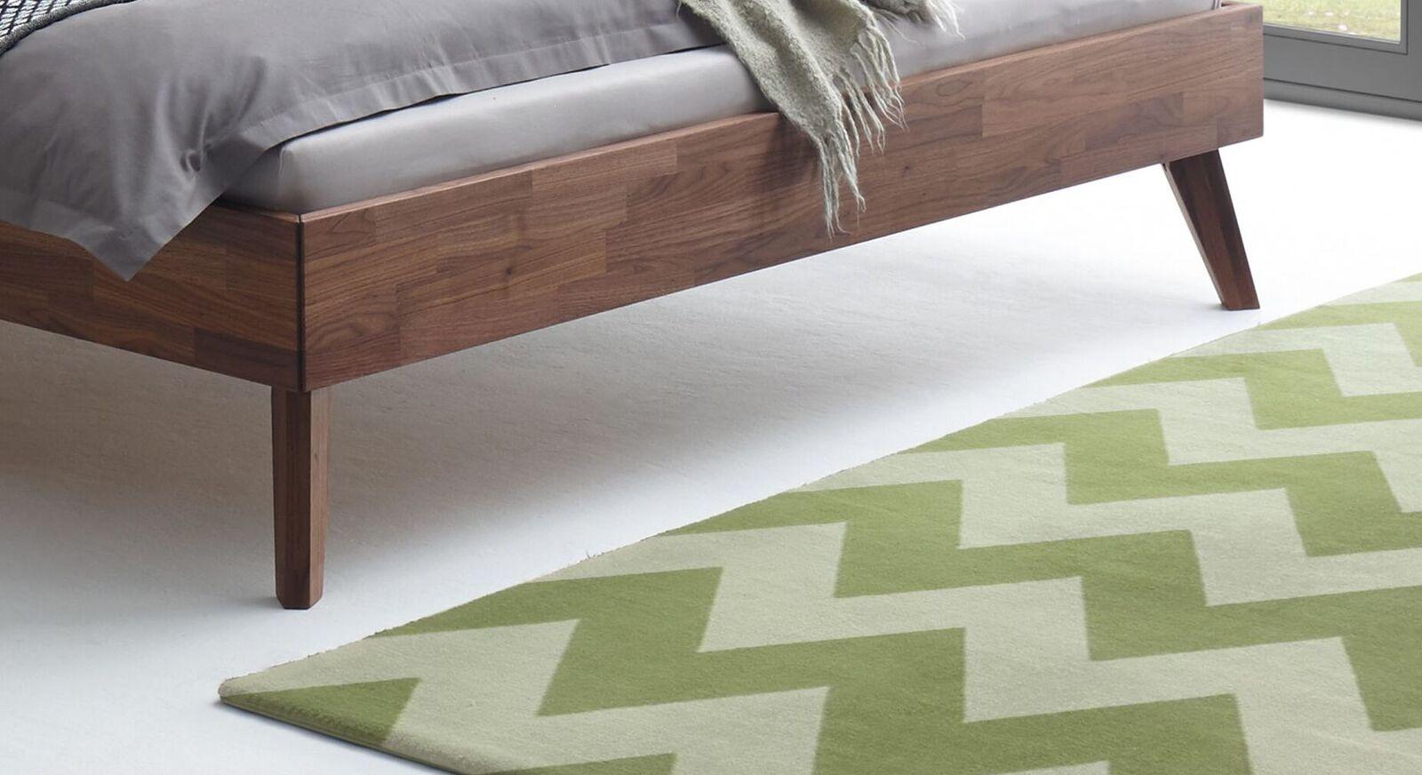 Bett Carman mit ausgestellten Bettbeinen aus Holz
